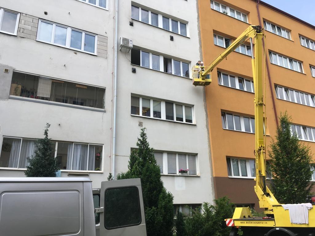 Montáž venkovní jednotky na panelovém domě - Brno