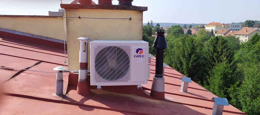 Venkovní klimatizační jednotka na střeše - Slavkov - srpen_2019